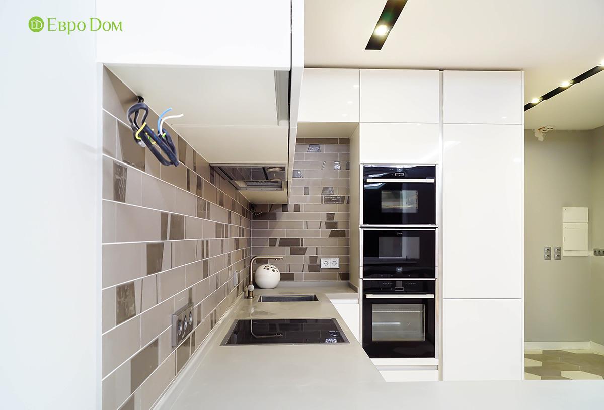 Интерьер белой кухни с каменным фартуком