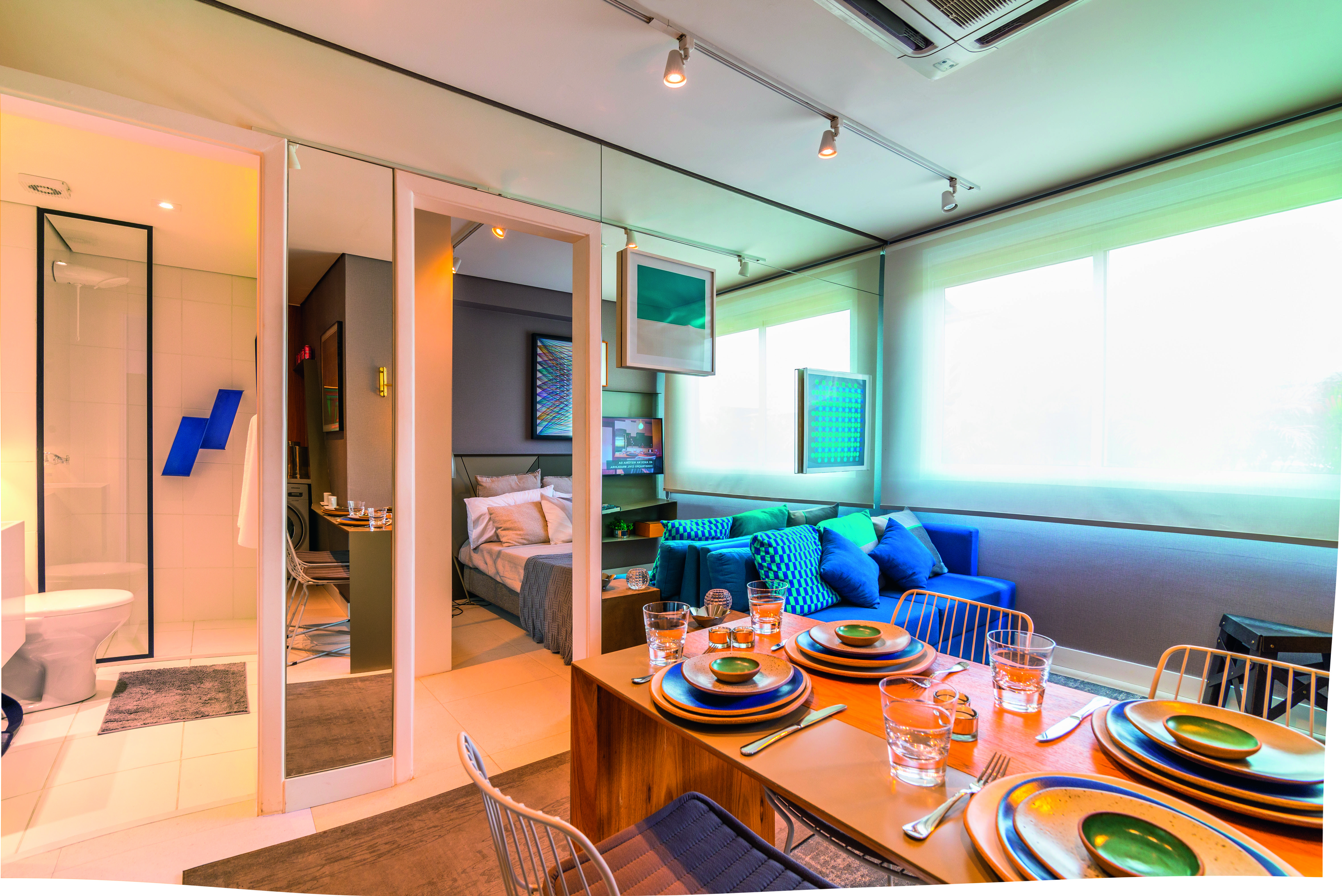 Стильная гостиная с синим диваном