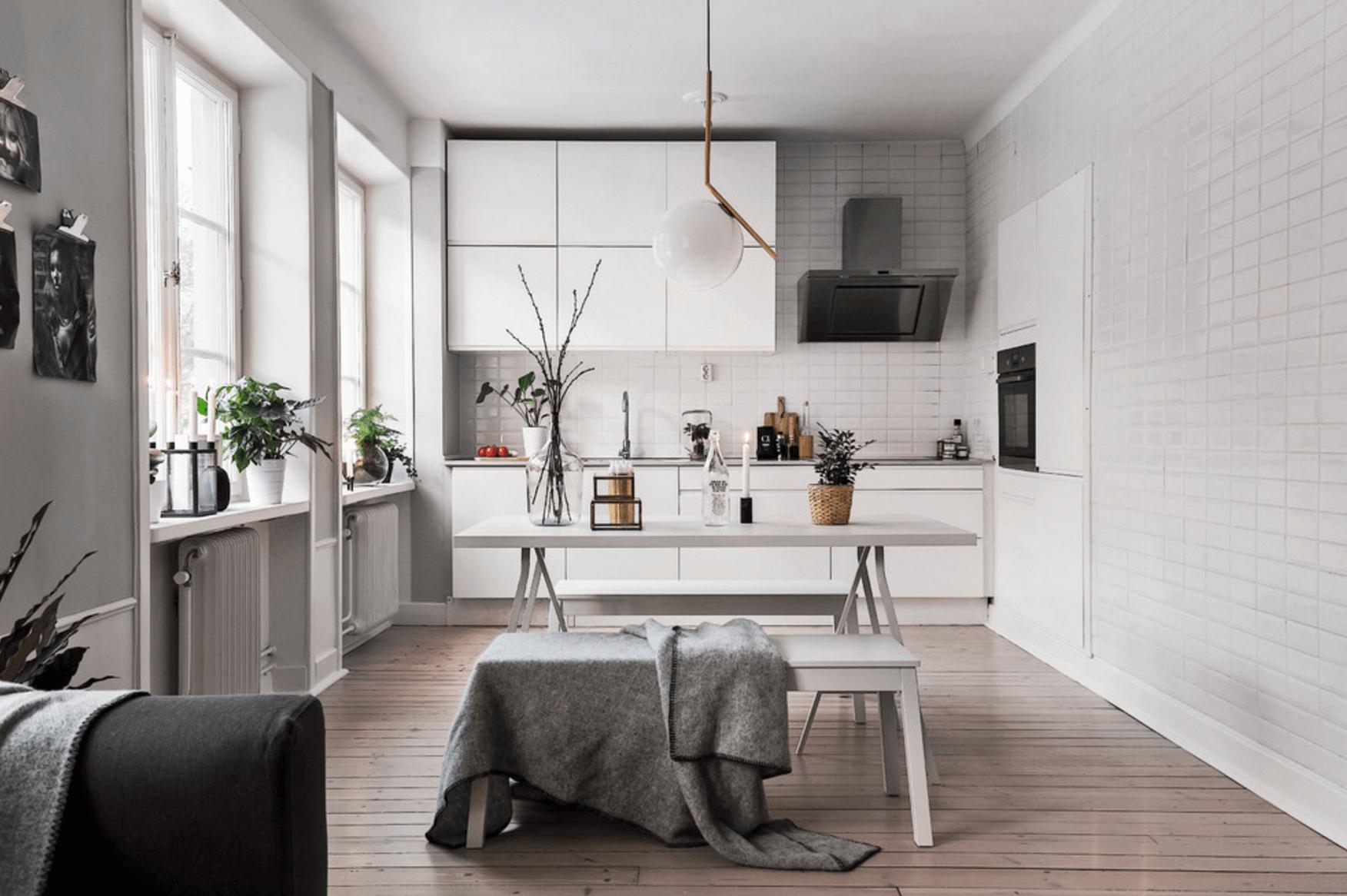 Интерьер большой белой кухни в скандинавском стиле