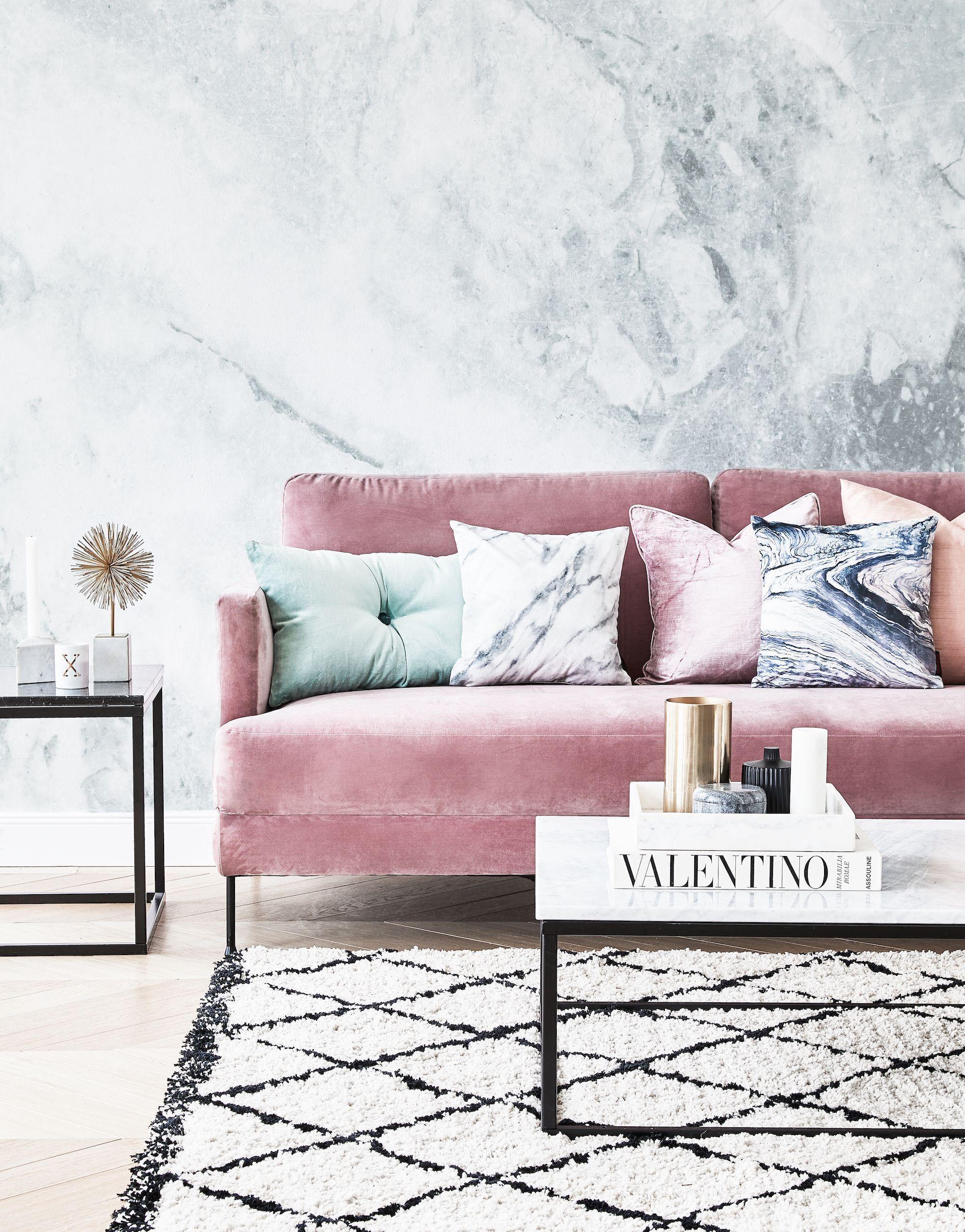 Скандинавская гостиная с бархатным диваном