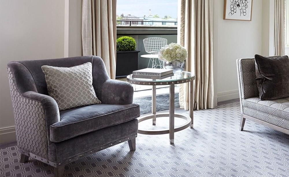 Дизайн интерьера гостиной с балконом