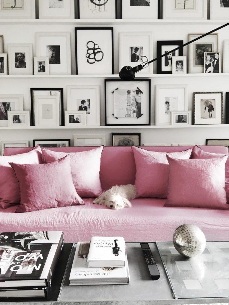 Гостиная в скандинавском стиле с розовыми диваном и фото-галереей