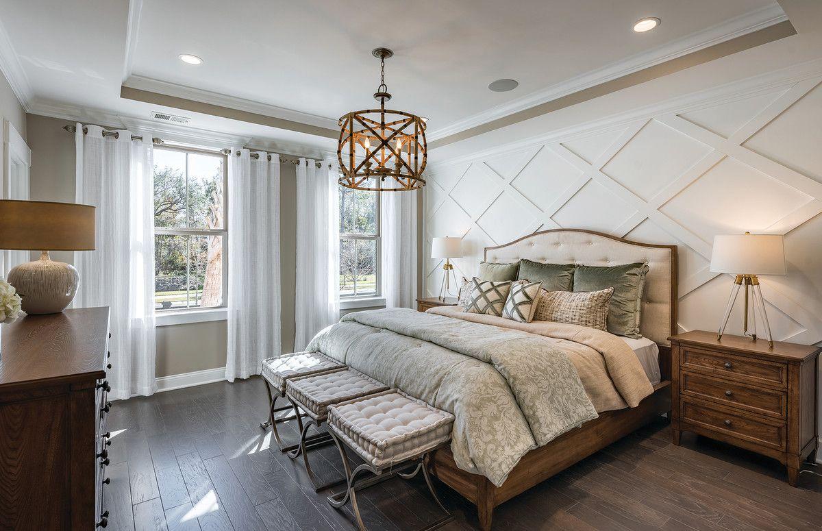 Светло-серая спальня с мебелью из массива дерева фото
