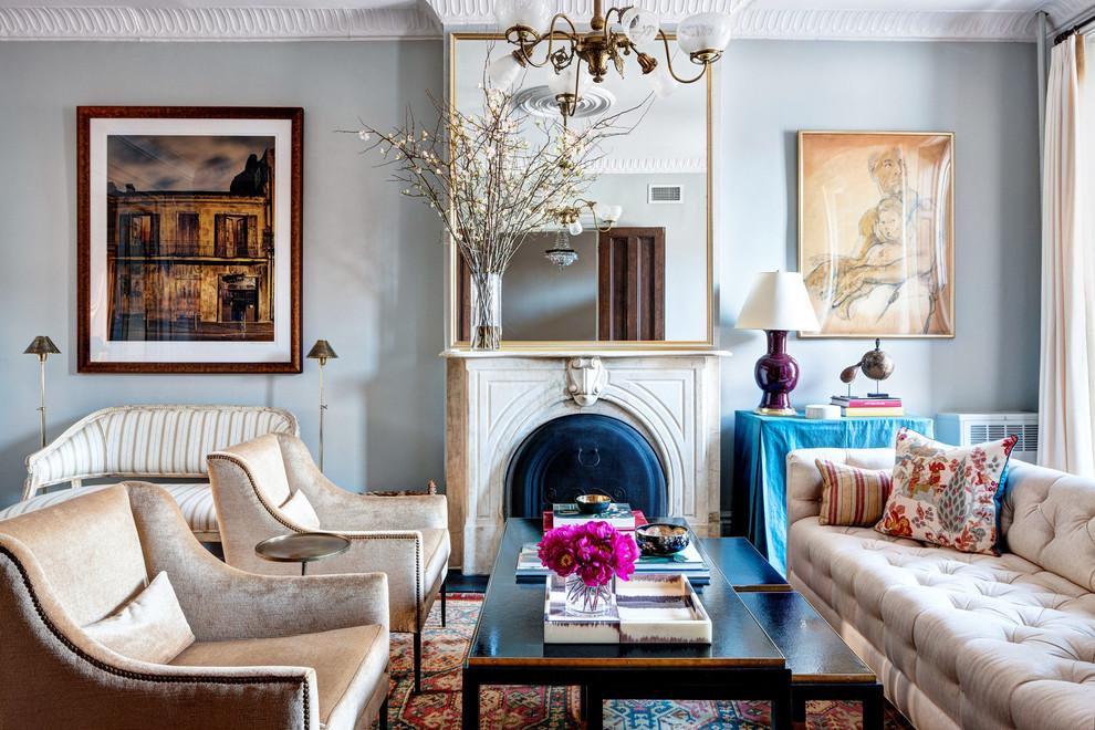 Парижский шик в интерьере гостиной с камином