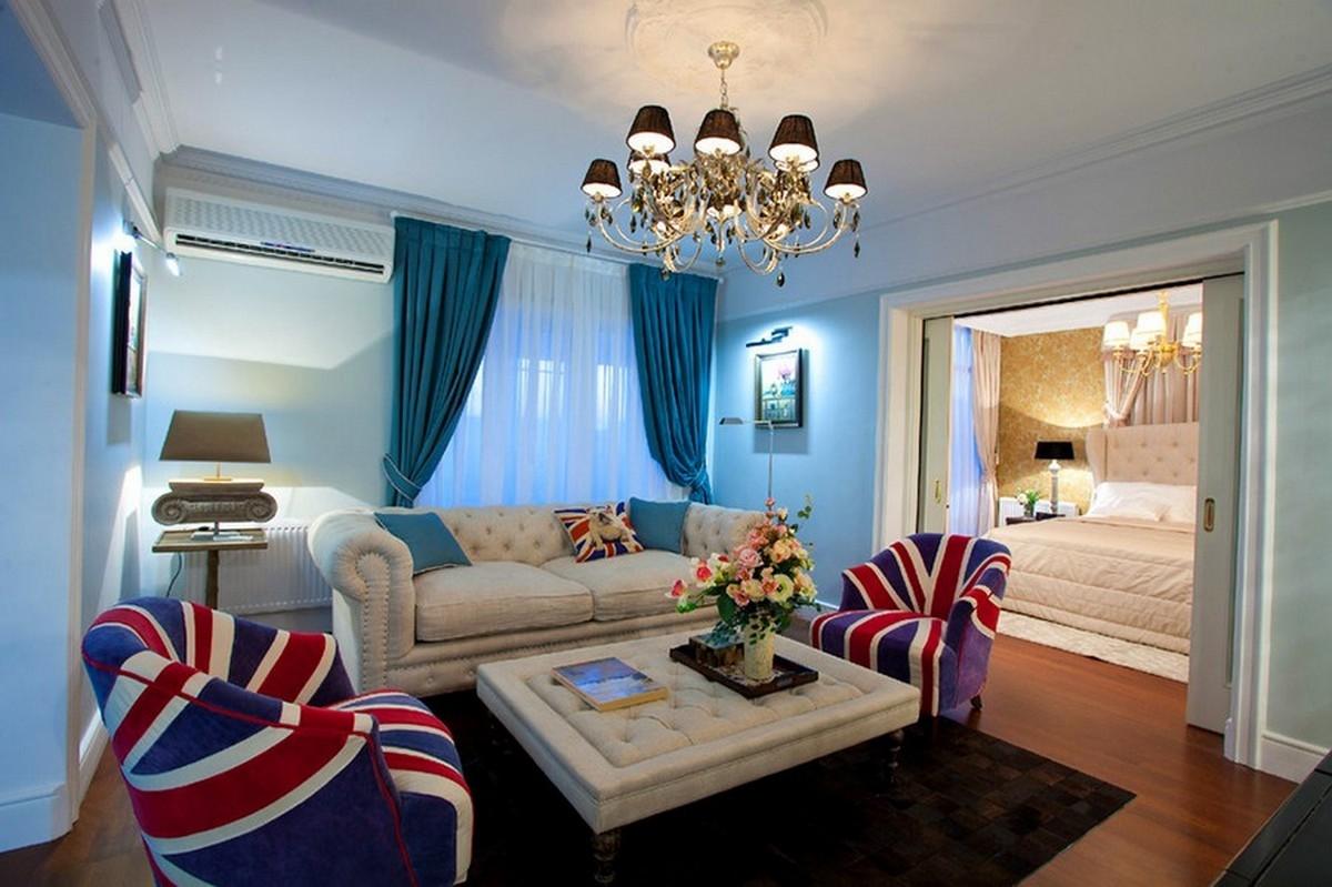 Квартира в английском стиле с диваном честер в светлых тонах