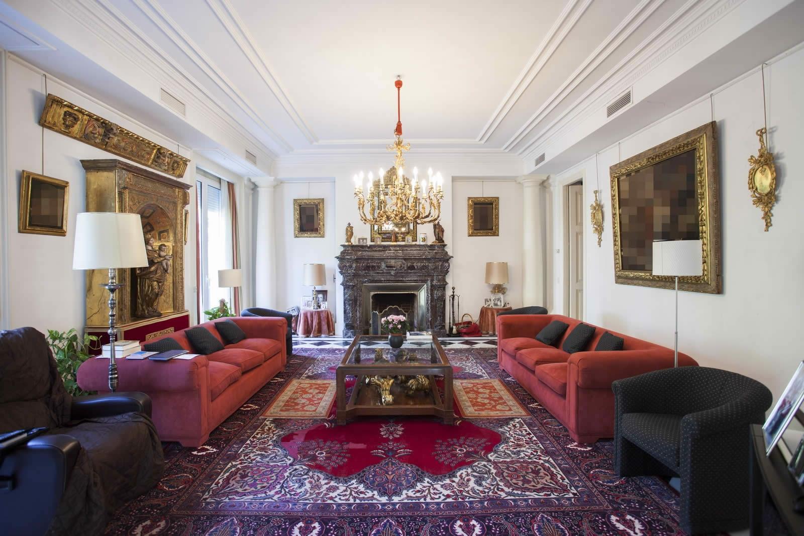 Гостиная с красными бархатными диванами и турецким ковром