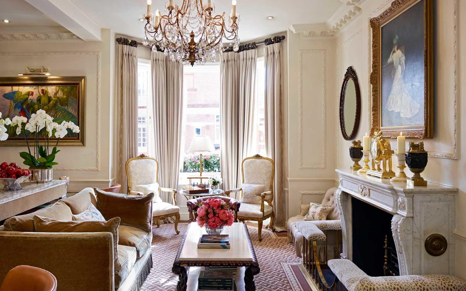 Английская гостиная с колониальными деталями: фото 2019 года