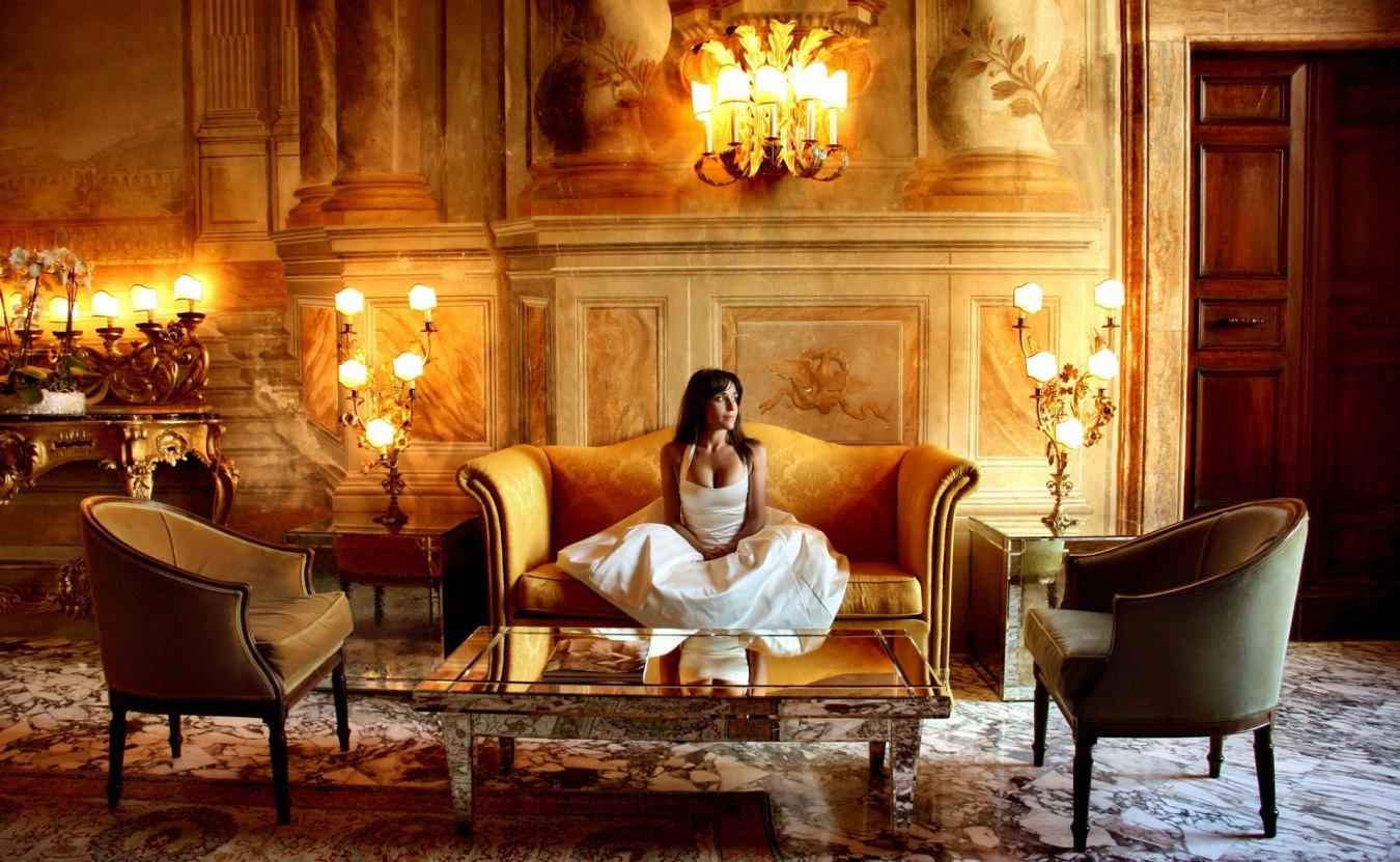 Роскошная гостиная с классической мебелью