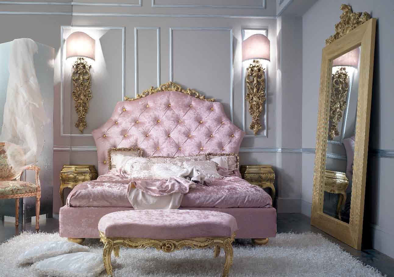 Спальня в стиле ампир с розовой кроватью в бархате