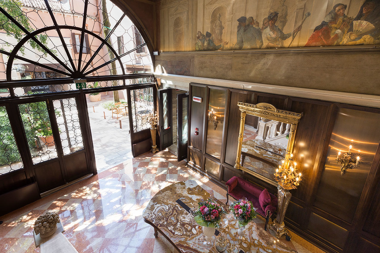 Холл в стиле барокко с роскошным интерьером в шоколадном цвете