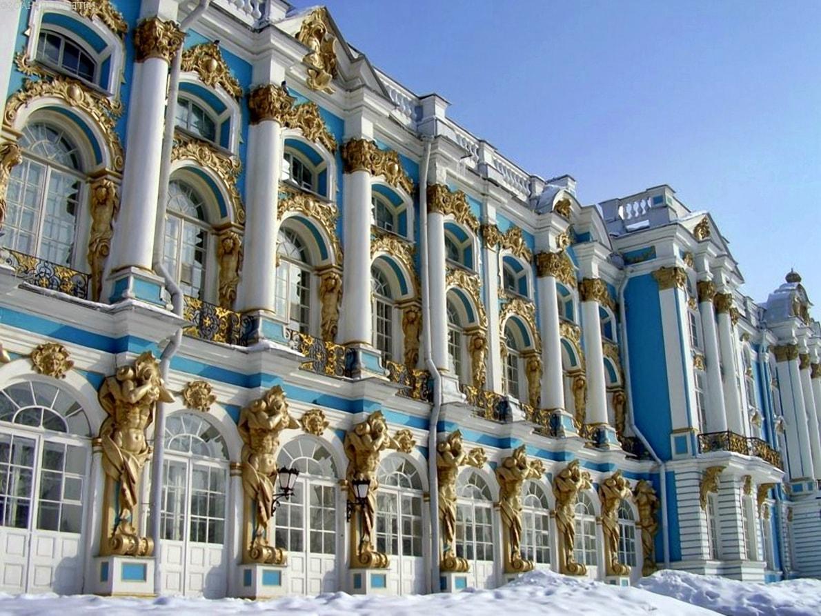Фасад дома в стиле барокко в голубом цвете