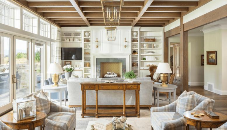 Интерьер гостиной с библиотекой и деревянным потолком 2019