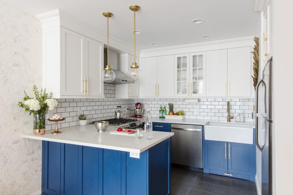 Бело-голубая кухня в стиле английского кантри
