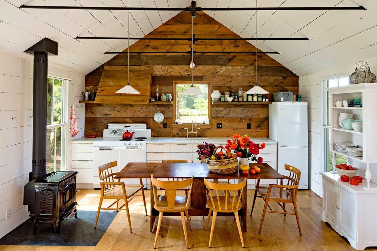 Современный кухонный гарнитур в деревенском интерьере