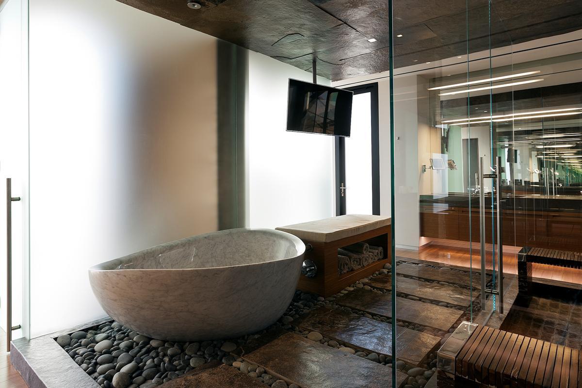 Японский стиль в дизайне интерьера ванной комнаты с каменной чашей