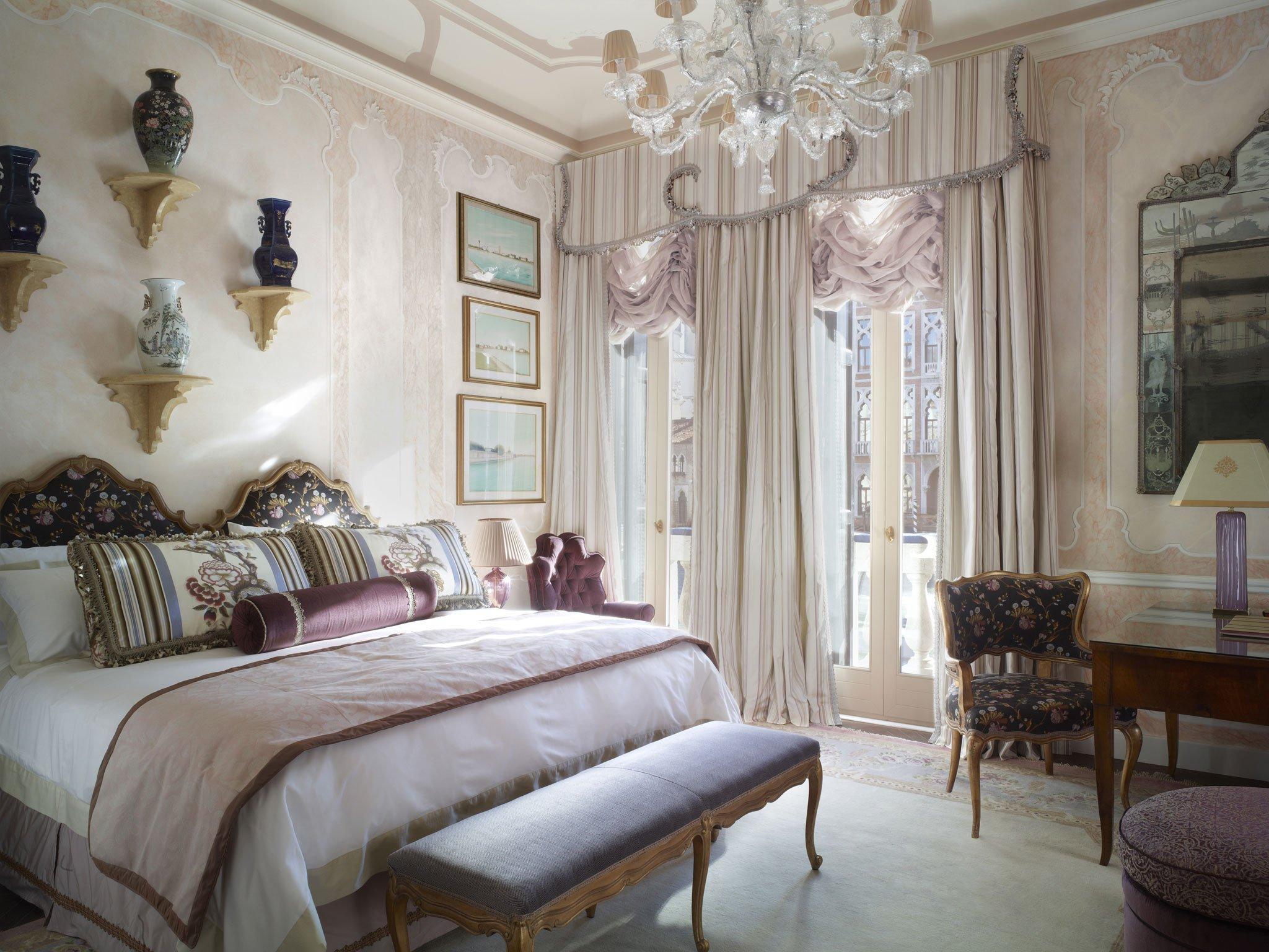 Классические шторы в спальне серого цвета