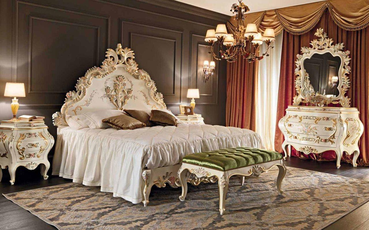 Спальня в стиле ампир с кроватью с резным изголовьем